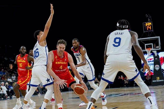 Pau Gasol intenta zafarse de un rival en el Estados Unidos - España de preparación para los Juegos de Tokio