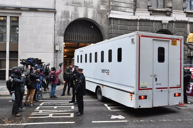 Archivo - 04 January 2021, England, London: Media representatives photograph a prison van arriving at the Central Criminal Court ahead of the sentencing hearing in the extradition trial of Wikileaks founder Julian Assange to the US. Assange facing 18 char