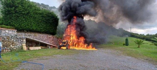 Tractor incendiado en Arredondo