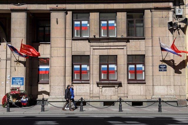 Archivo - Banderas rusas decoran la fachada de un edificio situado en San Petersburgo.