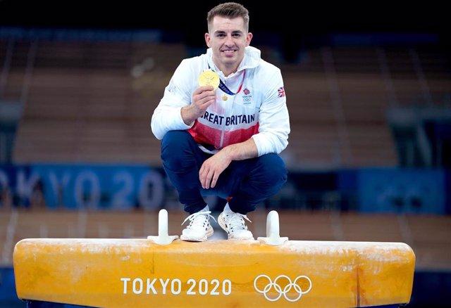 El gimnasta británico Max Whitlock celebra su oro en potro con arcos