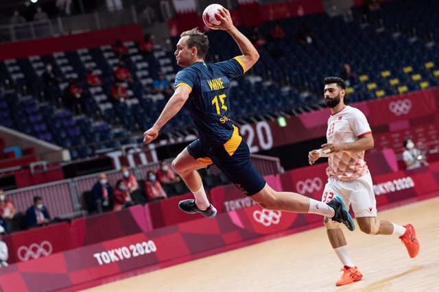 24 July 2021, Japan, Tokyo: Sweden's Hampus Wanne (L) throws at goal during the men's Group B handball match between Sweden and Bahrain at Aomi Urban Sports Park during the Tokyo 2020 Olympic Games. Photo: Swen Pförtner/dpa