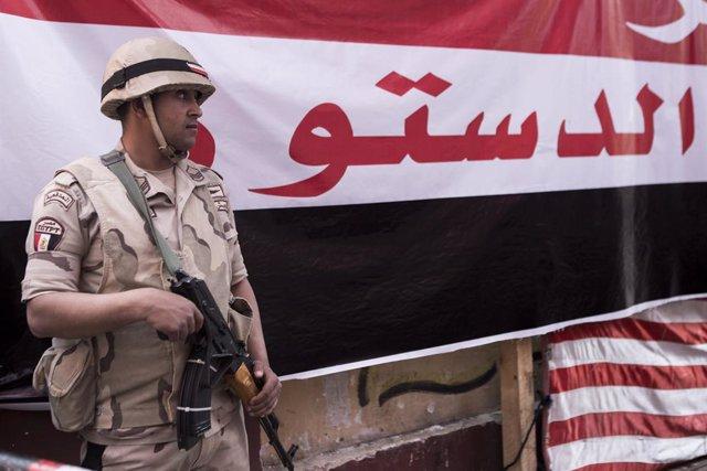 Archivo - Un soldado de Egipto durante el referéndum constitucional en el país