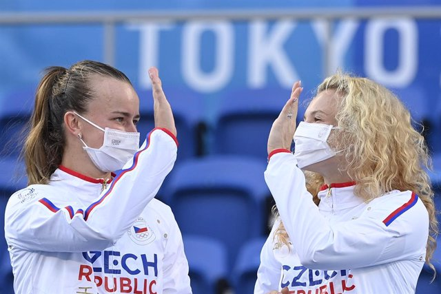 01 August 2021, Japan, Tokyo: Czech Republic's Gold medallists Barbora Krejcikova (L) and Katerina Siniakova celebrate during the award ceremony of the Women's doubles final tennis match at the Ariake Tennis Centre Court, during the Tokyo 2020 Olympic Gam