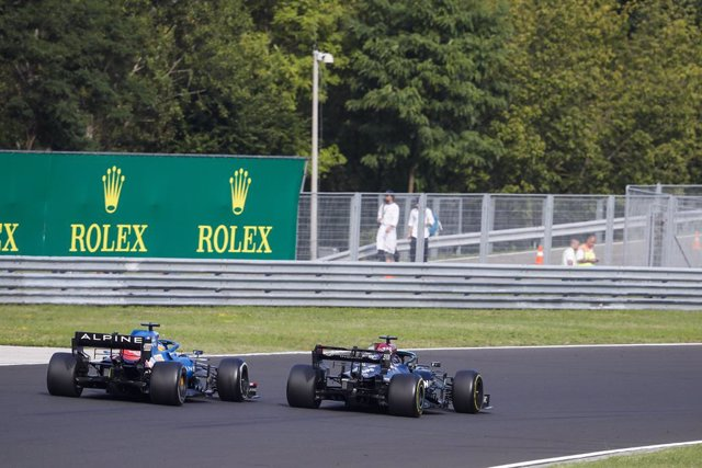 HAMILTON Lewis (gbr), Mercedes AMG F1 GP W12 E Performance overtakes ALONSO Fernando (spa), Alpine F1 A521, action during the Formula 1 Magyar Nagydij 2021, Hungarian Grand Prix, 11th round of the 2021 FIA Formula One World Championship from July 30 to Au