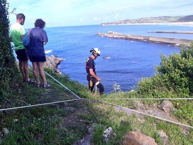 Bomberos rescatan un perro en el faro de San Vicente de la Barquera