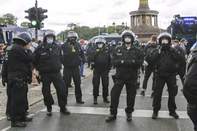 """01 August 2021, Berlin: Police officers secure the entrance to the Victory Column, as several demonstrations in Berlin remain banned on Sunday, including a rally of the Stuttgart """"Querdenken"""" initiative. Photo: Carsten Koall/dpa"""