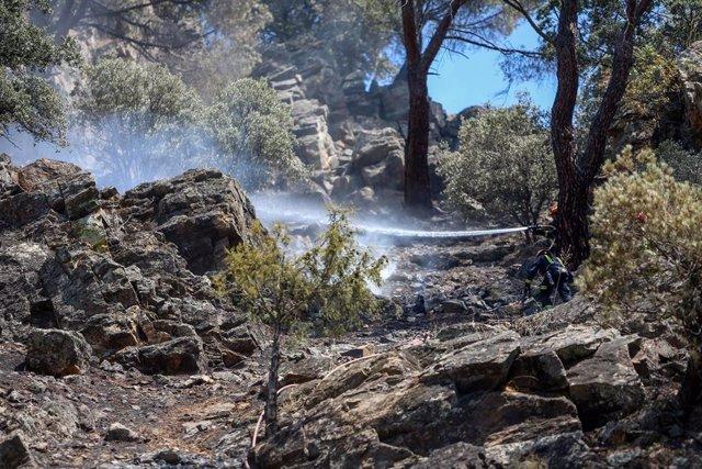 Continúan las labores de extinción del incendio del pantano de San Juan