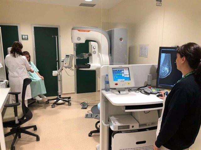 Archivo - Nuevo equipo de mamografías del Hospital Universitario de Cáceres