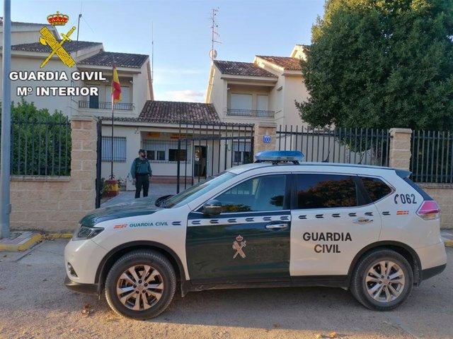 Archivo - Cvirus.- Abren 20 expedientes a un establecimiento de Puebla de Almoradiel y sus clientes por saltarse las restricciones