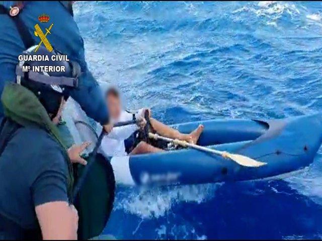 Rescate de una persona que se encontraba a la deriva con una canoa tipo kayak en aguas entre Lanzarote y Fuerteventura