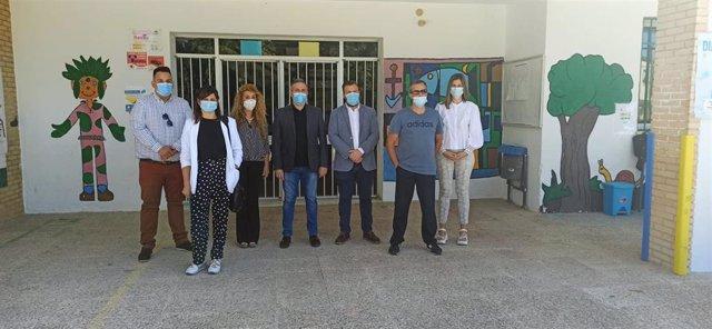 Equipo directivo del colegio Antonio Machado, junto al delegado de Educación y el alcalde de Peal de Becerro.