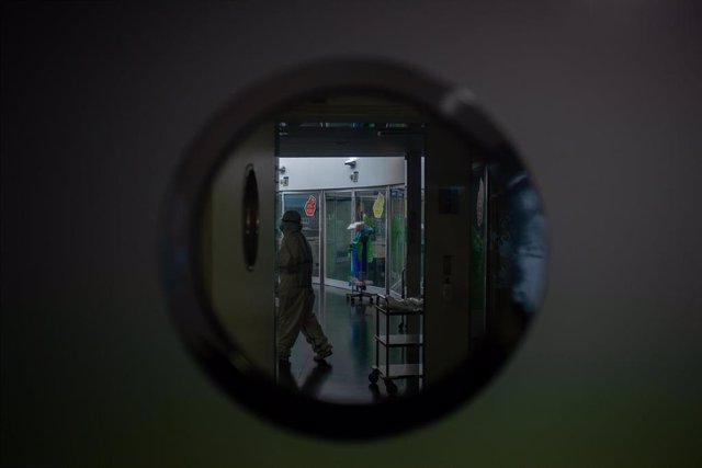 Archivo - Arxivo - Un treballador sanitari protegit en l'Unitat de Vigilància intensiva ?UCI- de l'Hospital del Mar, a Barcelona, Catalunya (Espanya), a 19 de novembre de 2020