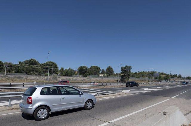 Un coche circula por la A3 en dirección Arganda del Rey, el día que arranca la operación salida de agosto 2021, a 30 de julio de 2021, en Madrid, (España). La operación salida 2021, que se inicia este viernes 30 de julio desde las 15 horas, se prolongará