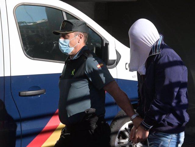 Uno de los investigados por la muerte de Samuel Luiz acude, esposado y acompañado de un agente de la Policía Nacional, al  Juzgado de Instrucción número 8 de A Coruña