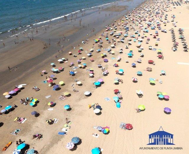 Archivo - Vista aérea de una playa de Punta Umbría en foto de archivo.
