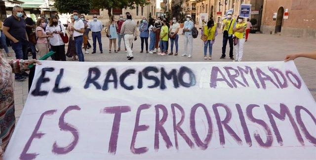 Archivo - Varias personas durante una concentración contra el odio y el racismo por un  crimen racista en Murcia.