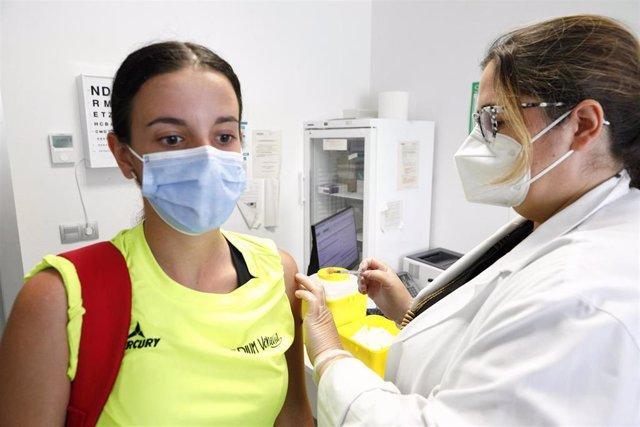 Una joven recibe la vacuna