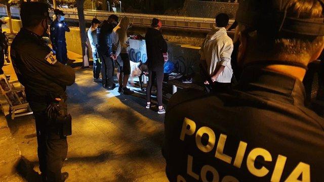 Archivo - La Policía Local de Santa Cruz de Tenerife interviene ante la celebración de un 'botellón'