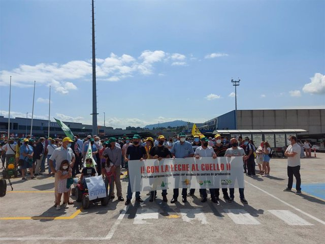 Ganaderos cántabros protestan por los bajos precios de la leche.