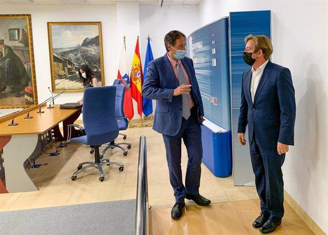 El consejero, José Luis Gochicoa, y el presidente de la FMC, Pablo Diestro