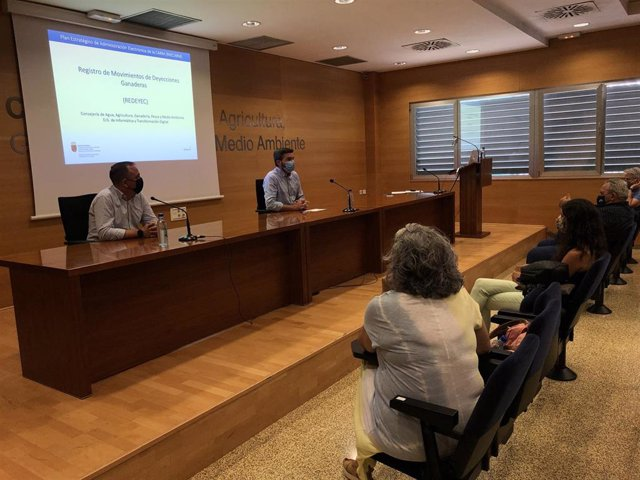 El consejero Antonio Luengo durante la presentación del nuevo Registro de Movimiento de Deyecciones Ganaderas