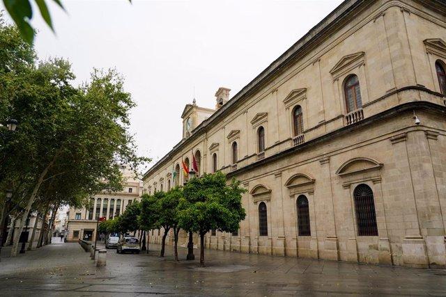 Archivo - Fachada del Ayuntamiento de Sevilla en foto de archivo