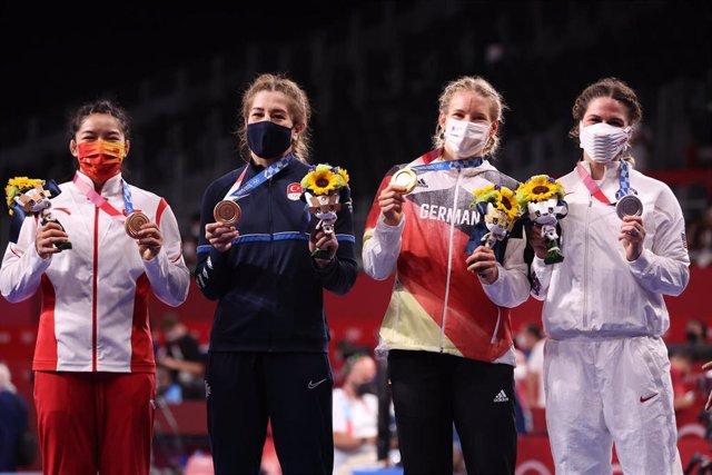 La china Qian Zhou, la turca Yasemin Adar, la alemana Aline Rotter-Focken y la estadounidense Adeline Gray en el podio de 76 kg de lucha libre de los Juegos Olímpicos de Tokio