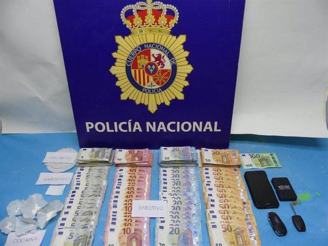 Dinero, droga y útiles incautados por la Policía Nacional en un punto de venta de droga.