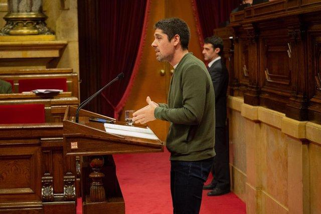 Archivo - Arxivo - El portaveu de Catalunya En Comú Podem al Parlament de Catalunya, David Cid, intervé des de la tribuna en una sessió plenària.