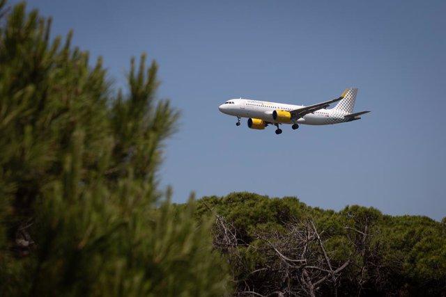 Archivo - Arxiu- Un avió vola prop de l'espai protegit natural de la Ricarda