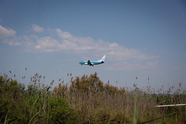 Archivo - Arxiu - Un avió vola prop de l'espai protegit natural de la Ricarda, al Prat de Llobregat