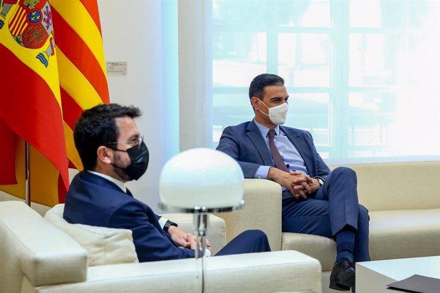 Archivo - El presidente del Gobierno, Pedro Sánchez (d); y el president de la Generalitat de Catalunya, Pere Aragonès, durante una reunión en el Palacio de la Moncloa, a 29 de junio de 2021, en Madrid (España). Ambos mandatarios se reúnen hoy por primera