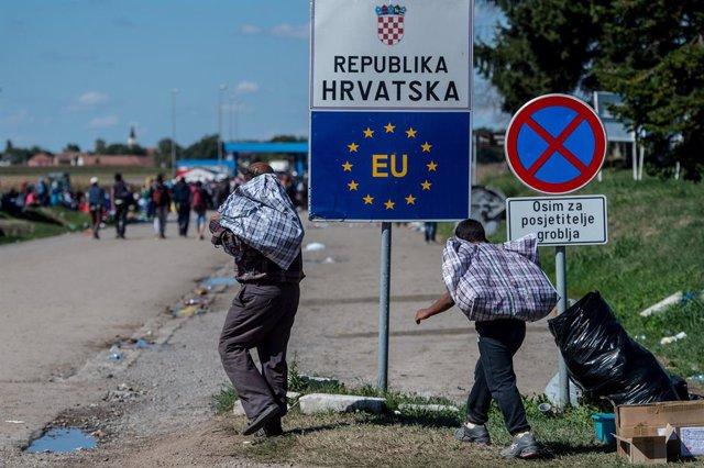 Archivo - Migrantes llegan a un área de espera a pocos metros de la frontera croata después de caminar los últimos kilómetros de Serbia a Croacia.