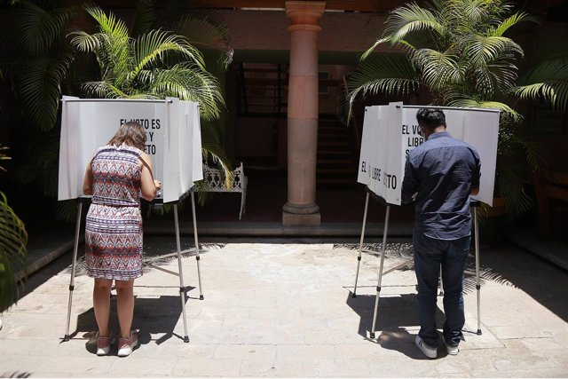 01 August 2021, Mexico, Queretaro: People cast their votes at a polling station during a referendum to decide whether to investigate five former Mexican leaders, carried out by incumbent president Andres Manuel Lopez Obrador. Photo: Cesar Gomez/SOPA Image