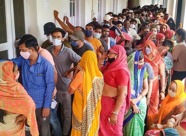 Un grupo de personas espera para ponerse la vacuna contra el coronavirus en India