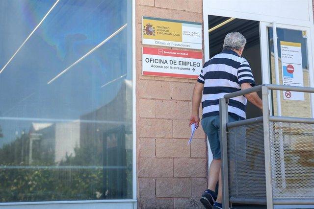 Archivo - Una persona entra a una oficina del SEPE (antiguo INEM), el día en el que se han conocido los datos de paro de junio, a 2 de julio de 2021, en Madrid (España). Junio ha sido el segundo mes consecutivo en el que el paro ha registrado récord de de