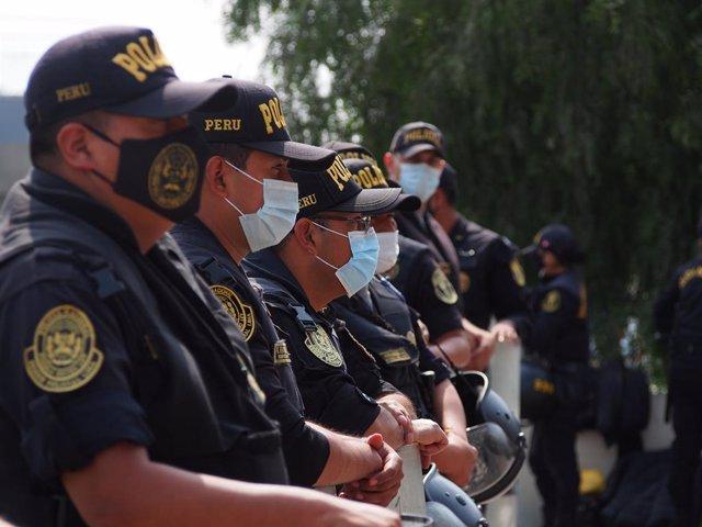 Archivo - Imagen de archivo de agentes de policía de Perú.