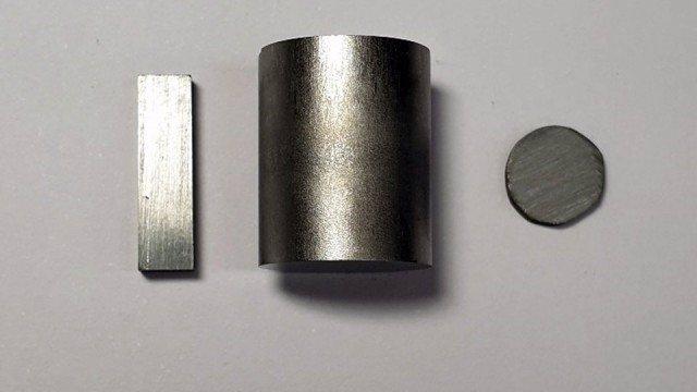 Se muestra el seleniuro de estaño purificado en forma de gránulos. El material tiene un rendimiento termoeléctrico extraordinariamente alto.