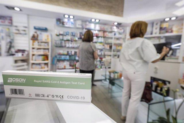 Una caja con test de antígenos contra la COVID-19 en una farmacia, a 22 de julio de 2021, en Valencia, Comunidad Valenciana, (España).
