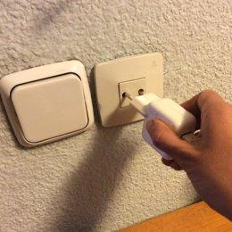 Archivo - Enchufe, enchufes, electricidad, factura, luz, interruptor