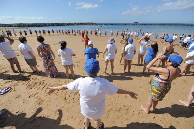 Archivo - Un grupo de personas mayores participa en una de las actividades organizada por Ansina en la playa de Las Teresitas