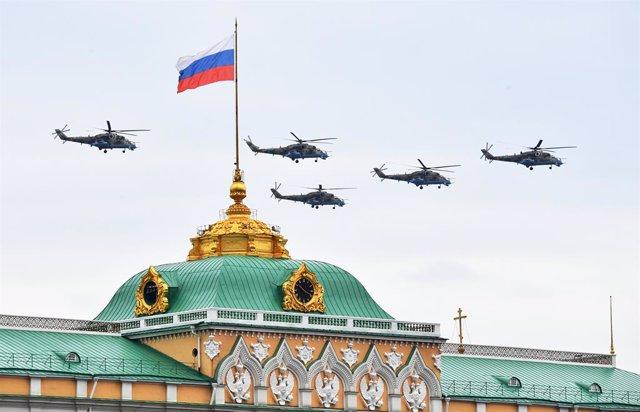 Archivo - Imagen de archivo de helicópteros de las fuerzas rusas sobrevolando Moscú.