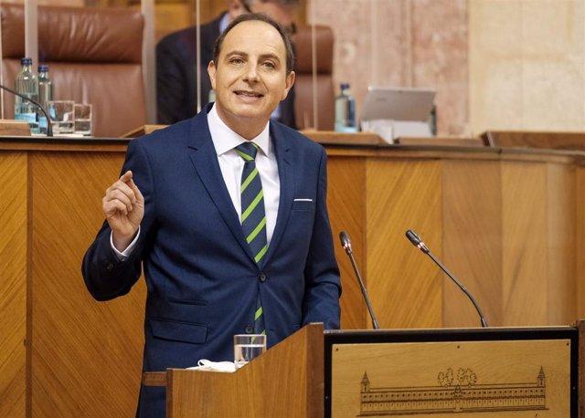 Archivo - El diputado de Vox y secretario general del Grupo Parlamentario, Francisco Ocaña, en una imagen de archivo en el Pleno del Parlamento.