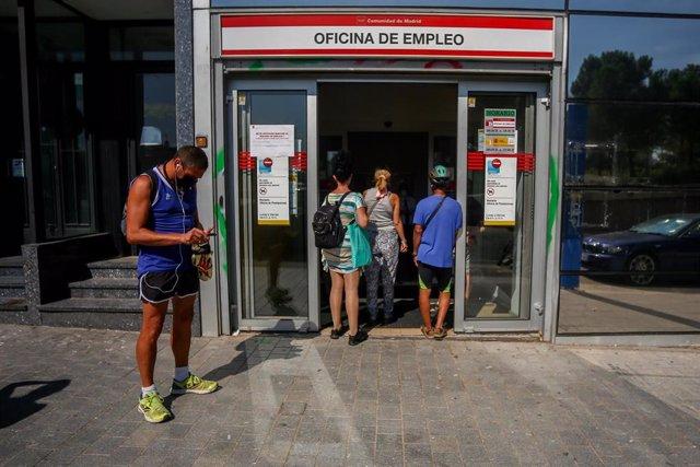Varias personas esperan a entrar a una oficina del SEPE de Puerta del Ángel.
