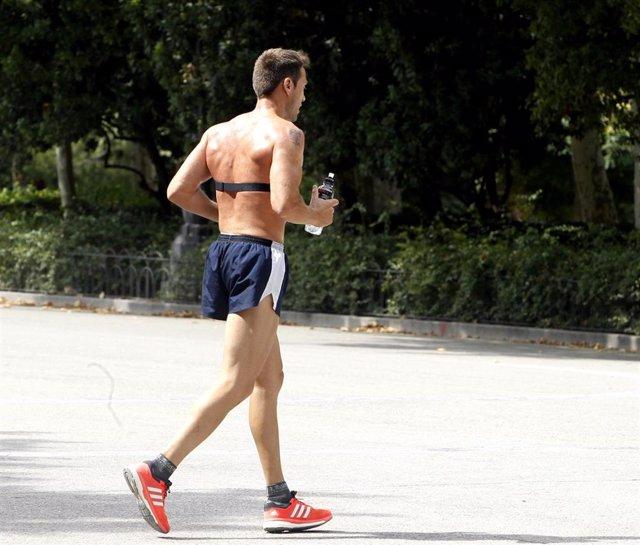 Archivo - Sol, calor, temperaturas, buen tiempo, bebiendo agua, refrescarse, deporte, ejercicio