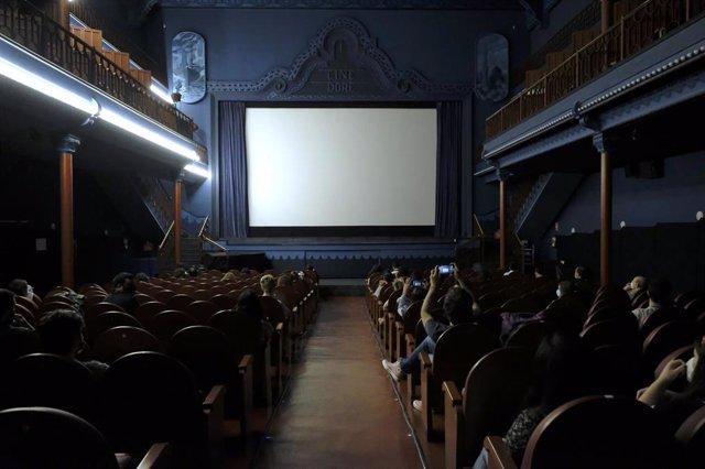 Archivo - El público esperando en una sala de cine