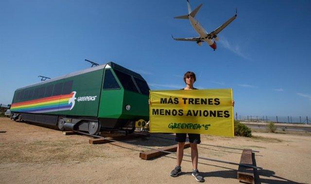 Un activista de Greenpeace protestando