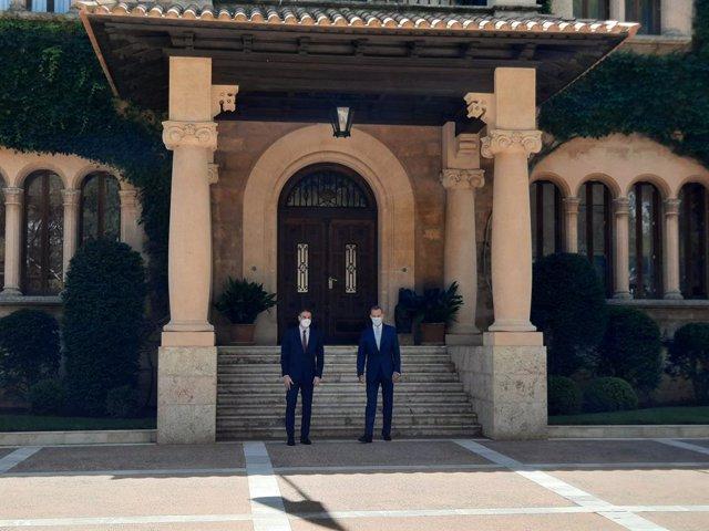 El Rey Felipe VI y el presidente del Gobierno, Pedro Sánchez, en el Palacio de Marivent.