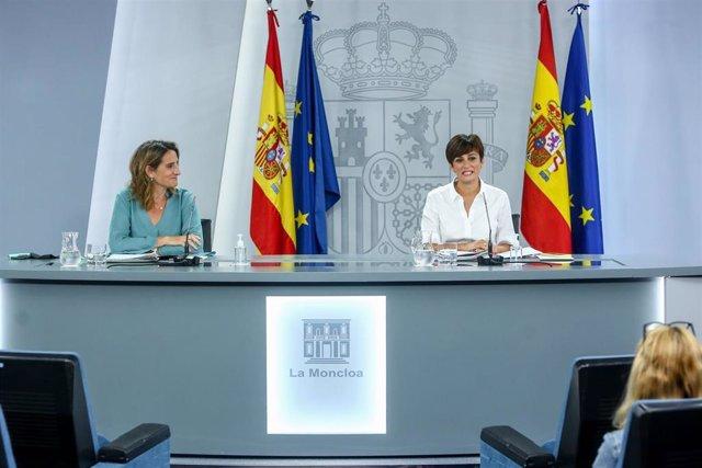 La vicepresidenta tercera y ministra para la Transición Ecológica y el Reto Demográfico, Teresa Ribera, y la ministra Portavoz, Isabel Rodríguez, comparecen en una rueda de prensa tras Consejo de Ministros en Moncloa, a 3 de agosto de 2021, en Madrid